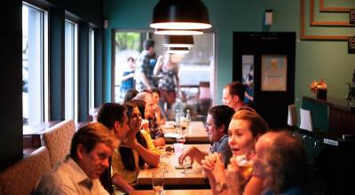 """Klienci szturmują otwarte restauracje. """"Mamy kolejkę rezerwacji na dwa tygodnie"""""""