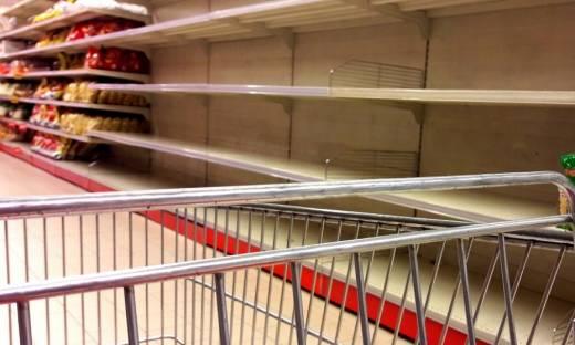 Koniec paniki w sklepach, ale Polacy wciąż kupują na zapas