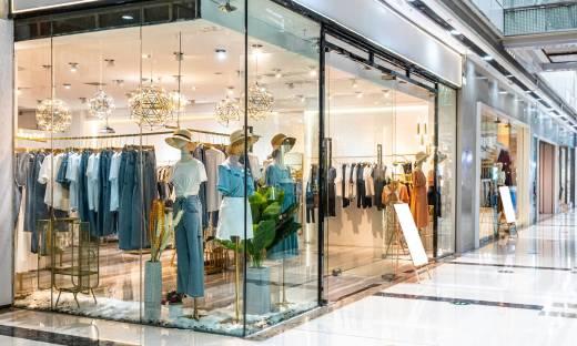 Klienci (jeszcze) nie wrócili do centrów handlowych. Najnowszy raport zmian w zachowaniach konsumenckich