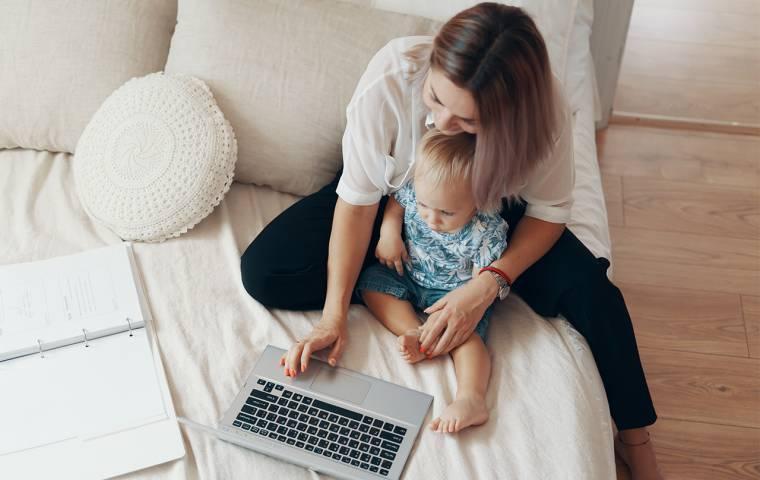 """Fatalna sytuacja matek na rynku pracy. """"Zarabiają nawet o 20 proc. mniej od współpracowników"""""""