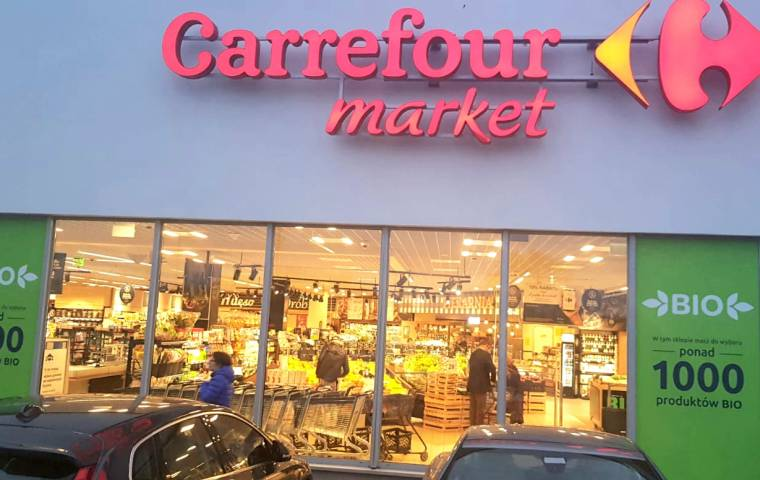 """Carrefour zatrudni młodych z """"pokolenia Covid-19"""". Pierwsze umowy już w 2021 roku"""