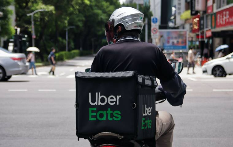 Uber Eats dowiezie wódkę. Firma kupiła za 1 mld dol. platformę do zamawiania alkoholu