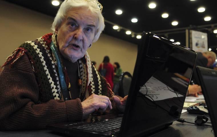 9 mln dorosłych po pięćdziesiątce nie korzysta z Internetu