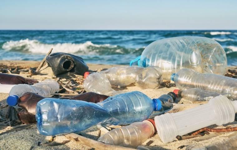 Miliony ton plastiku w wodzie obciążają gospodarkę
