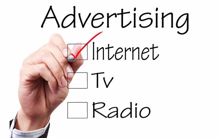 Biznes wydaje więcej na reklamę w internecie