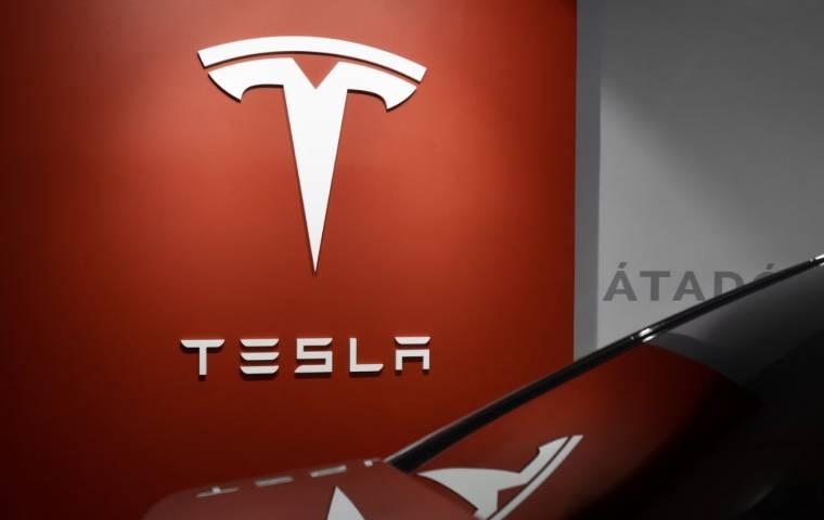Tesla osiąga wycenę ponad 1 bln dolarów. Facebook w dół