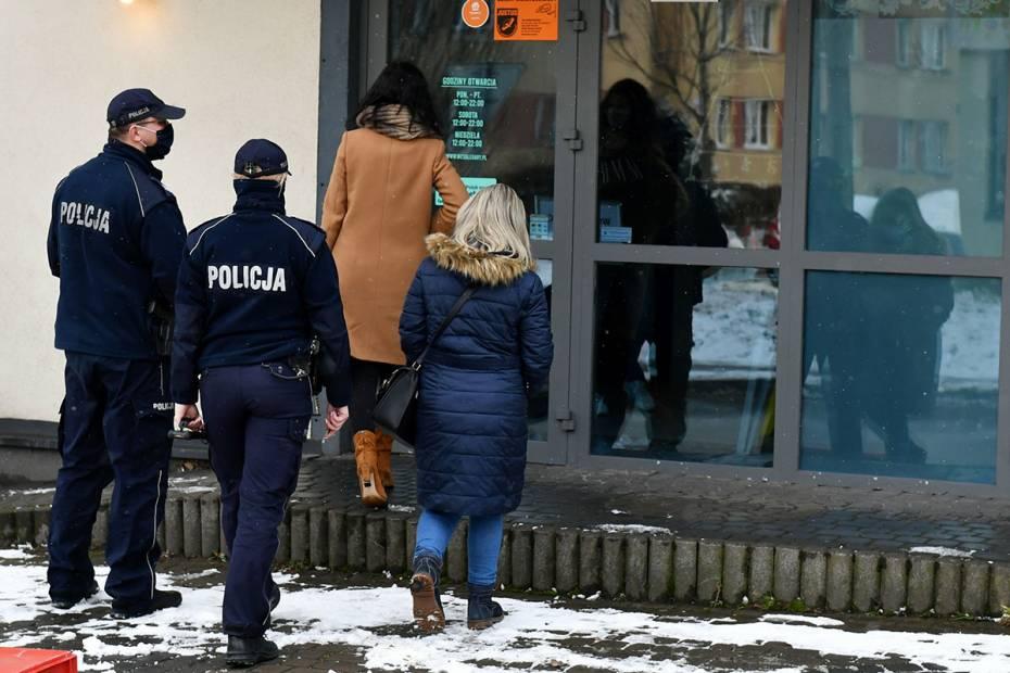 Kontrola policji i sanepidu, fot. East News